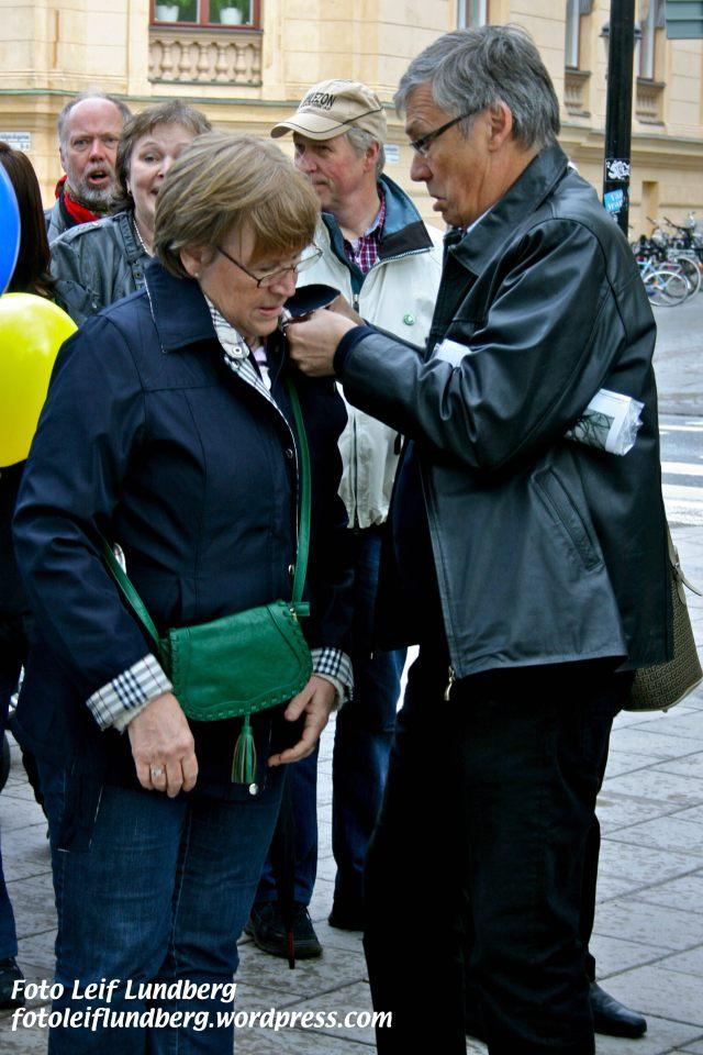 Ulf ger sin fru en hjälpande hand.