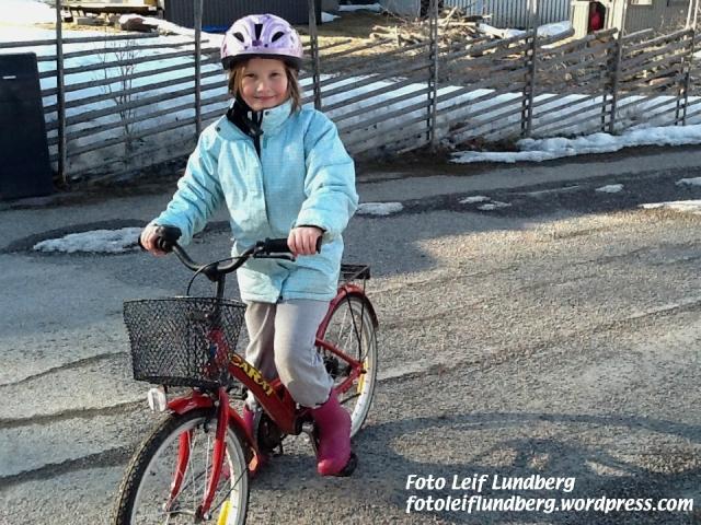 Noomi på sin första cykeltur för året.