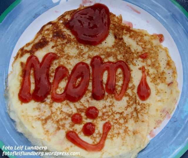 Noomi passade på att pryda sin pannkaka med sitt namn.